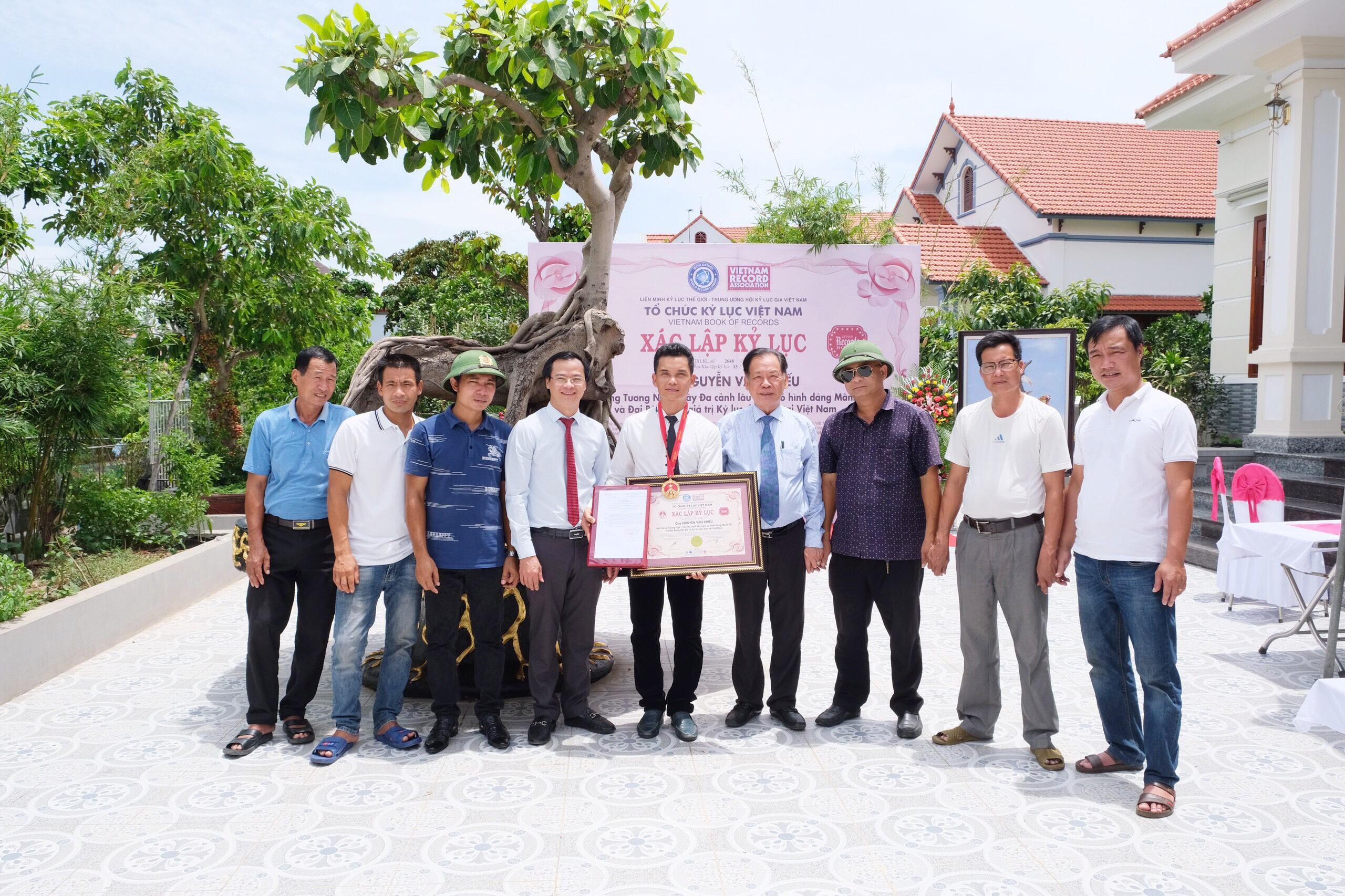 Các khách mời cùng chụp ảnh lưu niệm chúc mừng KLG Nguyễn Văn Khiếu với tác phẩm độc bản kỷ lục của mình.