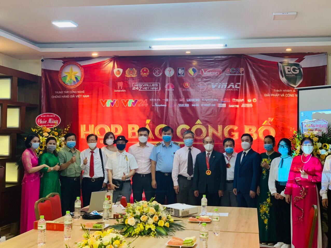 Các đại biểu tham dự cùng chụp ảnh lưu niệm tại sự kiện.