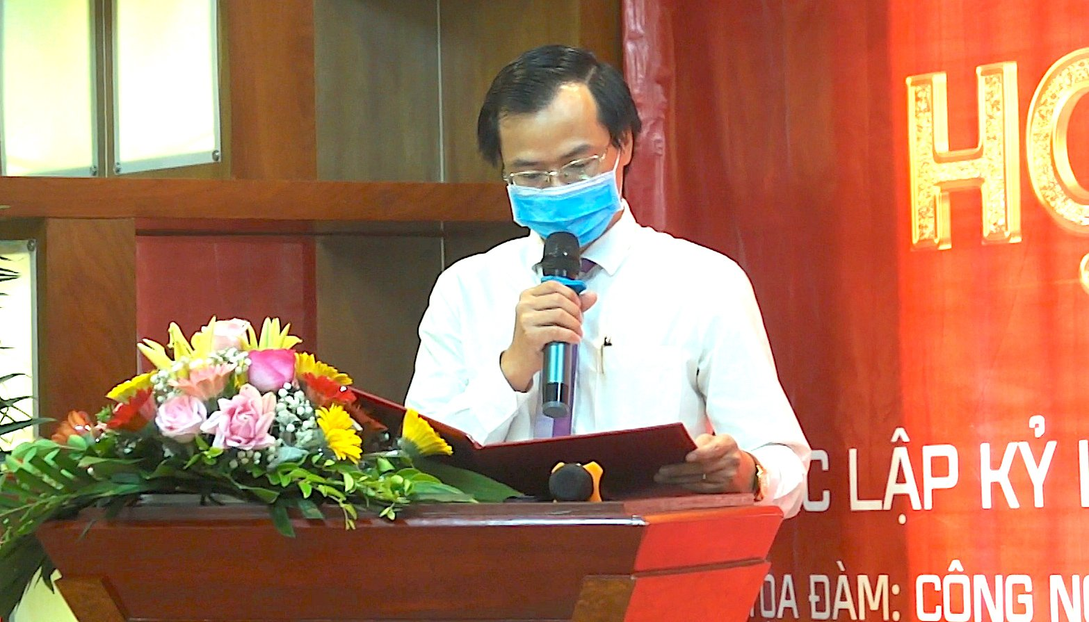 Ông Hoàng Thái Tuấn Anh (phải) – Trưởng đại diện Văn phòng Kỷ lục Việt Nam tại miền Bắc đại diện Tổ chức Kỷ lục Việt Nam công bố quyết định.