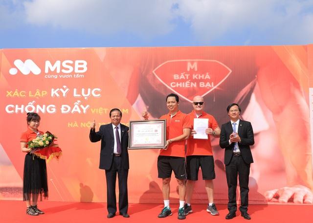 Ông Lê Doãn Hợp, nguyên ủy viên TW Đảng, nguyên Bộ trưởng Bộ Thông tin truyền thông, chủ tịch Hội đồng xác lập Kỷ lục Việt Nam trao bằng Kỷ lục đến đại diện lãnh đạo ngân hàng MSB.