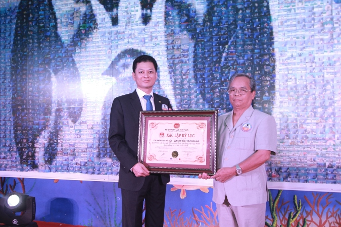 Ông Trịnh Thúc Huỳnh - Nguyên Giám đốc nhà xuất bản chính trị Quốc gia, Thành viên Hội đồng Tư vấn Tổ chức Kỷ lục Việt Nam trao bằng xác lập đến đại diện Công ty TNHH Vinpearlland - CN tại Hà Nội.