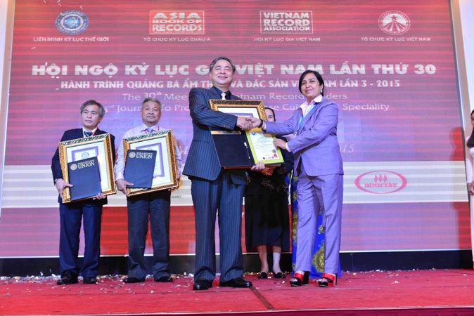 Ông Nguyễn Ngọc Khôi đón nhận Kỷ lục Bộ sưu tập Huân – Huy chương thời chiến tranh Việt Nam nhiều nhất thế giới năm 2015.